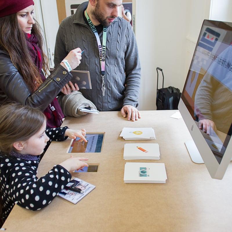 Besucher interagieren mit der Installation am Designfestival