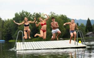 Jugendliche springen in den Sihlsee